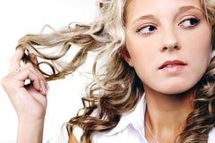Junge blonde Frau mit dem langen Haar. Lizenzfreie Stockfotos
