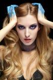 Junge blonde Frau mit dem langen Haar und den Händen gemalt im blauen pai Stockbilder