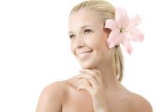 Junge blonde Frau mit dem Lilienlächeln getrennt Stockfotografie