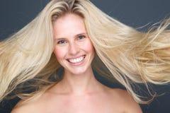 Junge blonde Frau mit dem schönen Haar Lizenzfreie Stockfotos