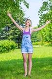 Junge blonde Frau mit den Armen ausgestreckt Lizenzfreie Stockbilder