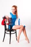 Hübsches Mädchen mit Boxhandschuhen auf Stuhl Lizenzfreie Stockfotos