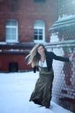 Junge blonde Frau mit den langen Haaren, die durch den Wind fliegen Stockfoto