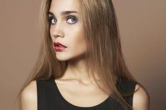 Junge blonde Frau mit den roten Lippen Stockfotografie