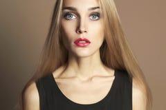 Junge blonde Frau mit den roten Lippen Lizenzfreie Stockbilder