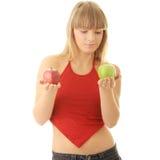 Junge blonde Frau mit den roten und grünen Äpfeln Stockfotos