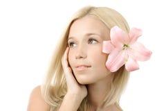 Junge blonde Frau mit der Lilie getrennt Stockfoto