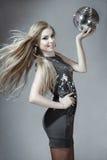 Junge blonde Frau mit Discokugel Lizenzfreies Stockfoto