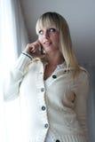 Junge blonde Frau mit einem Handy Stockfoto