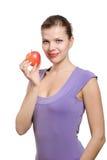 Junge blonde Frau mit einem roten Apfel Lizenzfreie Stockfotografie