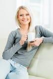 Junge blonde Frau mit einem Tasse Kaffee Stockfoto