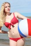 Junge blonde Frau mit einem Wasserball Lizenzfreie Stockbilder