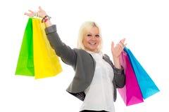 Junge blonde Frau mit Einkaufenbeuteln Lizenzfreie Stockfotos