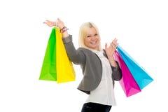 Junge blonde Frau mit Einkaufenbeuteln Stockfotografie