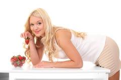 junge blonde Frau mit Erdbeere Stockfoto