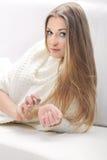 Junge blonde Frau mit Flasche Parfüm Stockfotos