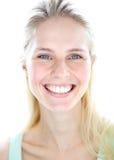 Junge blonde Frau mit fröhlichem Ausdruck Stockfotos