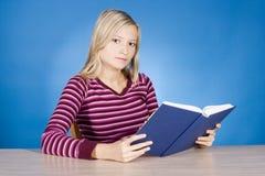 Junge blonde Frau mit geöffnetem Buch Stockfotos