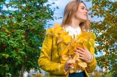 Junge blonde Frau mit Gelb verlässt im Park Stockbild