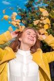 Junge blonde Frau mit Gelb verlässt im Park Stockfoto