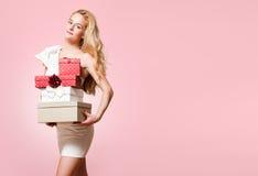 Junge blonde Frau mit Geschenkboxen Lizenzfreies Stockfoto