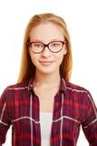 Junge blonde Frau mit Gläsern Lizenzfreies Stockbild