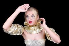 Junge blonde Frau mit goldener Schablone Lizenzfreie Stockbilder