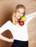 Junge blonde Frau mit grünem und rotem Apfel, gute Wahl, Diätkonzept Lizenzfreies Stockbild