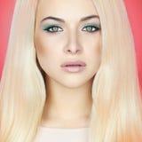 Junge blonde Frau mit grünen Augen Schönes Mädchen mit Verfassung Lizenzfreie Stockfotos