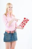 Junge blonde Frau mit großer Valentinsgrußpostkarte Lizenzfreie Stockbilder