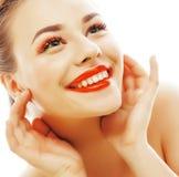 Junge blonde Frau mit hellem bilden das Lächeln, das gestikulieren zeigend Stockfotografie
