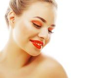 Junge blonde Frau mit hellem bilden das Lächeln, das gestikulieren zeigend Stockfotos