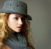 Junge blonde Frau mit Hut und Schal Stockbild