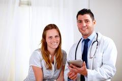 Junge blonde Frau mit ihrem Arzt Stockbilder