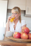 Junge blonde Frau mit ihrem Frühstück Lizenzfreies Stockbild