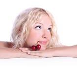Junge blonde Frau mit Kirsche Lizenzfreie Stockbilder