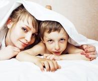 Junge blonde Frau mit kleinem Jungen im Bett, Mutter und Sohn, glückliche Familie Stockfoto
