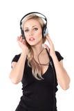 Junge blonde Frau mit Kopfhörern Stockfotografie