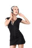 Junge blonde Frau mit Kopfhörern Stockbilder