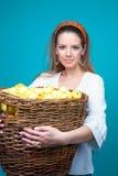 Junge blonde Frau mit Korb der gelben Äpfel Stockbilder