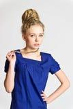 Junge blonde Frau mit kreativer Frisur Lizenzfreies Stockfoto
