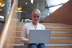 Junge blonde Frau mit Laptop Lizenzfreies Stockbild