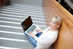 Junge blonde Frau mit Laptop Lizenzfreies Stockfoto