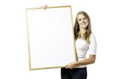 Junge, blonde Frau mit leerem Brett Lizenzfreie Stockfotos
