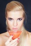 Junge blonde Frau mit Martini-Glas Stockbild