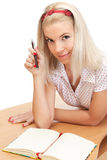 Junge blonde Frau mit Notizbuch Stockbild