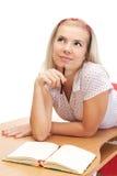 Junge blonde Frau mit Notizbuch Lizenzfreie Stockfotos