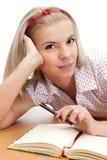 Junge blonde Frau mit Notizbuch Lizenzfreies Stockfoto