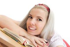 Junge blonde Frau mit Notizbuch Stockfotografie
