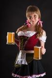 Junge blonde Frau mit Oktoberfest-Bier Lizenzfreie Stockfotografie